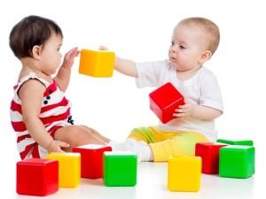 duas-criancas-brincando-com-cubos-coloridos